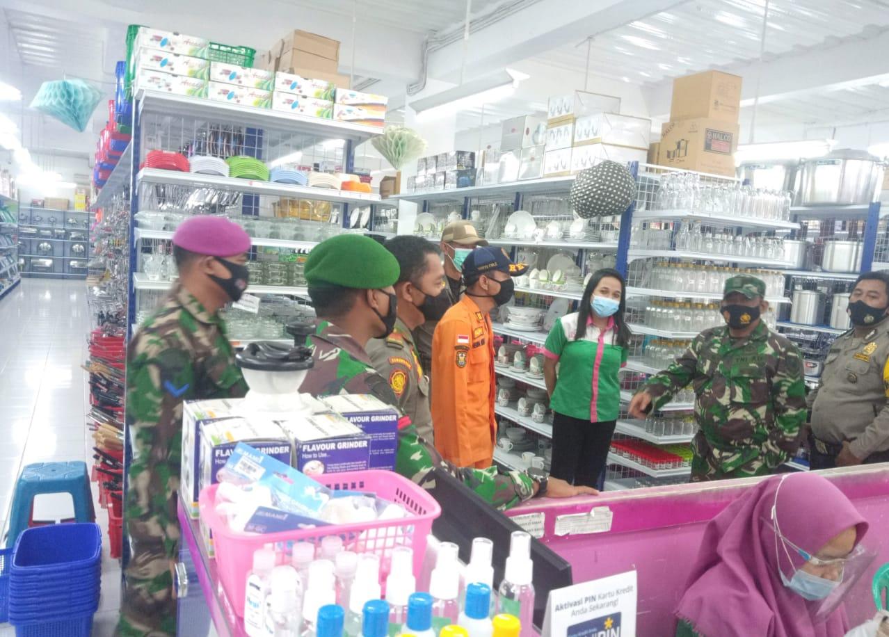 Tim Patroli Satgas Covid-19 Kota Bandar Lampung sambangi toko Cosmo di Jln. Tupai Sidodadi