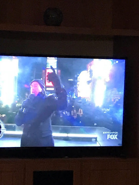 "Neil Diamond im TV bei Fox singt ""Sweet Caroline"" am Times Square Silvester 2017"