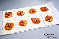 ciasto francuskie, keczup, kieszonki z kurczakiem, kurczak, ogórek kiszony, przekąski, przekąski na imprezę, ser żółty, sos pomidorowy,
