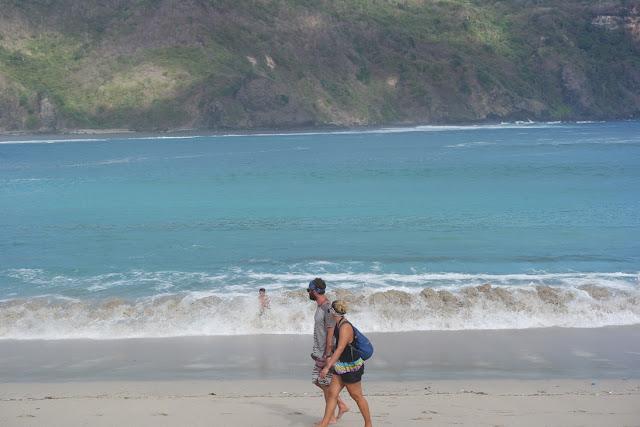 bermain ombak di pantai mawun lombok