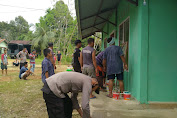 Pasca Insiden Perusakan Tempat Ibadah Kemarin, Warga Balai Harapan Dibantu Aparat Yang Berjaga Bersama-sama Bersihkan Surau Al-Iman