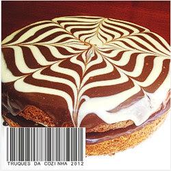 Bolo com cobertura de ganache em chocolate branco e preto