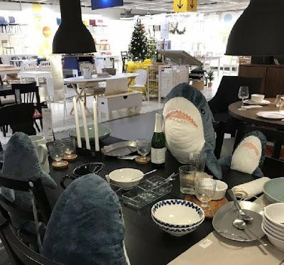 Семья Акул ест в ресторане