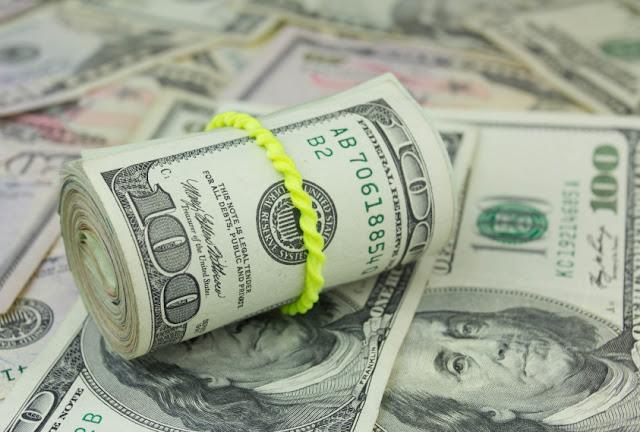 El dólar cierra a la baja