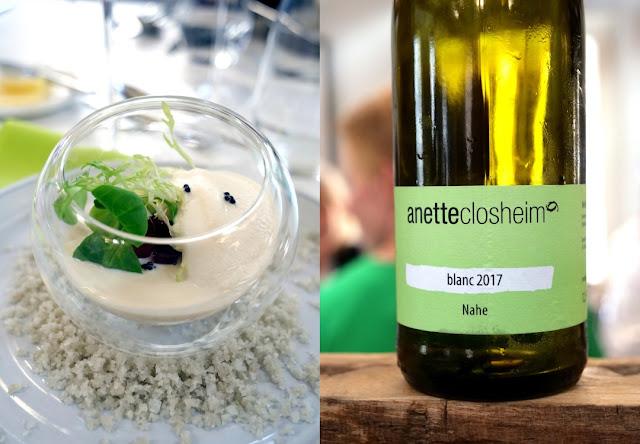 """Der Wein """"blanc 2017"""", eine Cuveé aus den Weißweinsorten Scheurebe, Bacchus, Riesling und Silvaner, wird zum geräucherten Mousse von der Bachforelle mit eingelegtem Rhabarber und Kräutersalat serviert."""