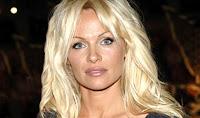 Pamela Anderson divorzia da Adil Rami, il post social: «Un mostro, la mia vita una bugia»