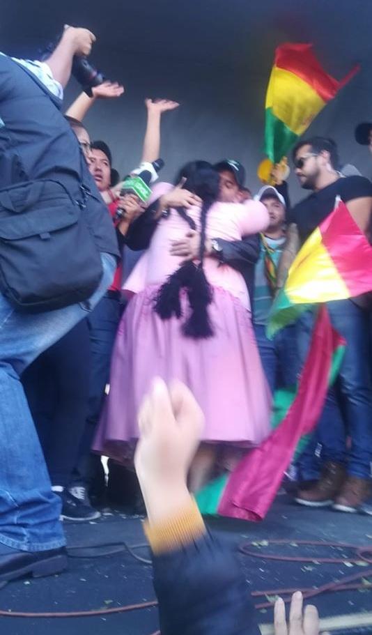 Camacho se funde en un abrazo con una de las dirigentes cocaleras de Yungas en el cabildo de ADEPCOCA / ANDRÉS GÓMEZ