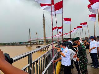 Gubernur Jambi Kibarkan Seribu Bendera Merah Putih Di Jembatan Gentala Arasy.