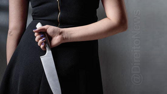 mulher presa esfaquear juiza forum direito