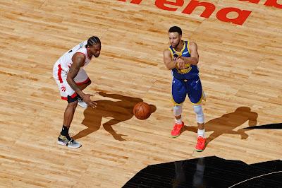 Kawhi Leonard (então no Toronto Raptors) e Stephan Curry (Golden State Warriors)  em um dos jogos das finais da temporada 2018-2019 - Divulgação