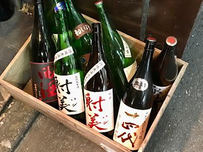 足元には日本酒の瓶が