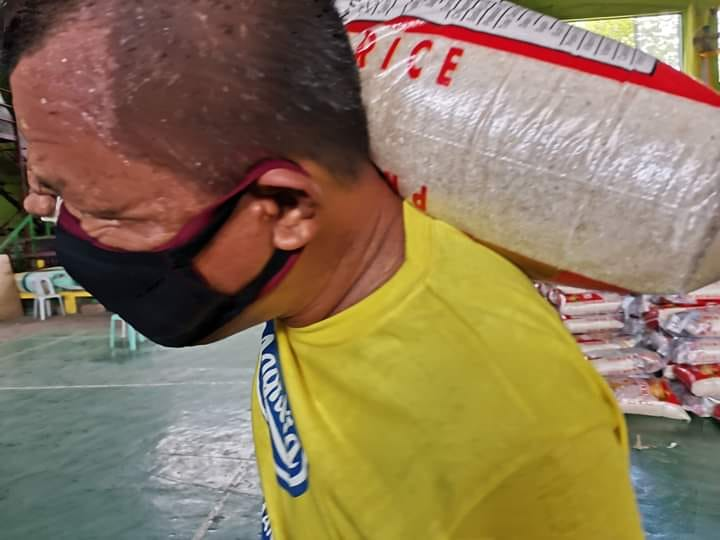 Mayor na, kargador pa! Mayor in Palawan gave 1 sack of rice, lots of goods