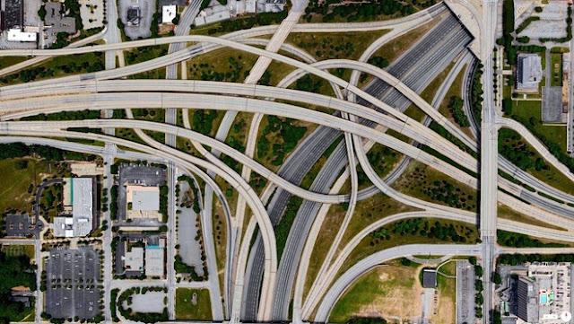 """Giao lộ Tom Moreland được mệnh danh """"spaghetti junction"""" (giao lộ mì Ý). Công trình cao tốc phức tạp ở Atlanta được thiết kế với hệ thống cầu 5 tầng chồng chéo. Dù những cây cầu trên không kết nối trực tiếp các làn với nhau, giao lộ này vẫn bị xếp vào danh sách những nút giao thông tắc nghẽn khủng khiếp tại Mỹ."""