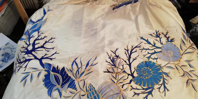 robe peinte à la main D'ors et de Soie