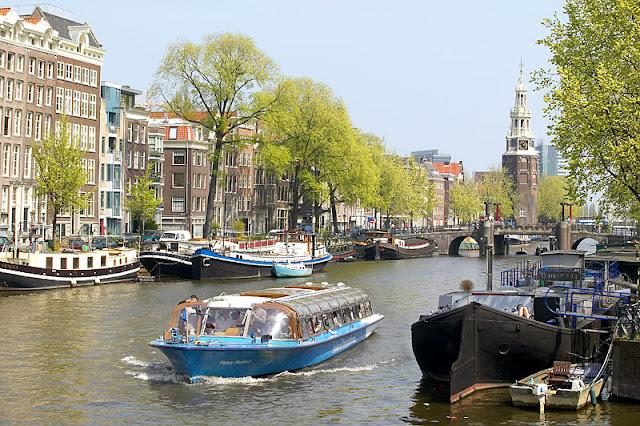 Passeio pelos Canais de Amsterdã em junho