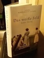 auf dem Cover sind vier Frauen in altmodischer Kleidung zu sehen