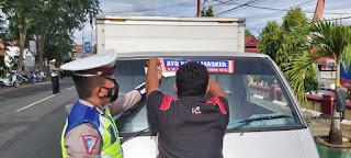 Dorong Masyarakat Patuhi Prokes, Kasat Lantas Polres Bone Pimpin Pemasangan Stiker Ke Kendaraan