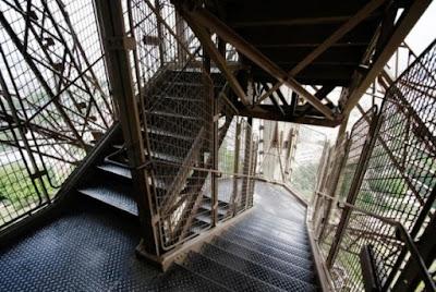 tangga menara eiffel