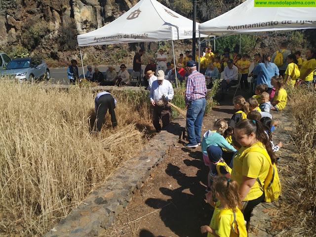 Dos generaciones unidas por las labores del campo en Tijarafe