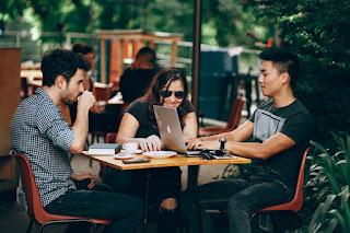 kesempatan dan pekerjaan sampingan mahasiswa / esai edukasi