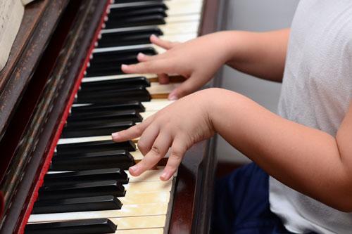 Các ngón tay bị gập xuống khi chơi piano