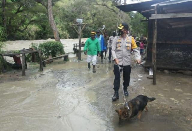 Daniel Prionggo Tinjau Lokasi Banjir dan Beri Bantuan ke Masyarakat Desa Yakobak Lanny Jaya