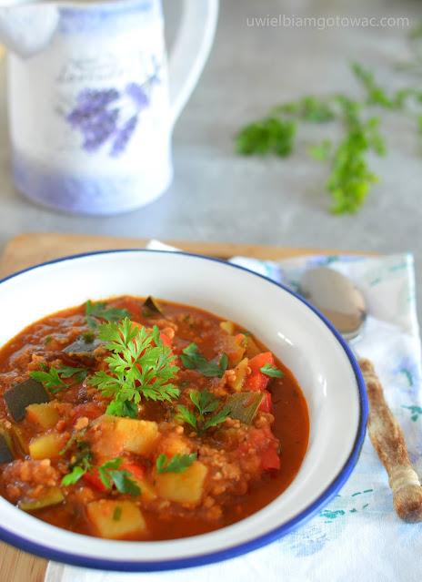 Chłopski kociołek z mięsem mielonym i warzywami