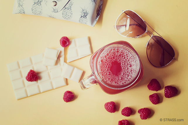 This picture shows our sundowner drink beautifully layed out with some ingredients: white chocolate and raspberries.