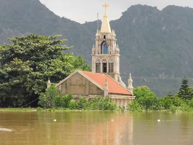 Nhiều ngôi Thánh Đường chìm trong nước lũ - Ảnh minh hoạ 8