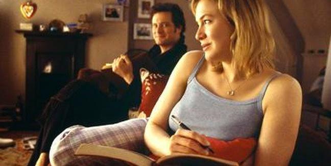 Mark Darcy con Bridget Jones, mientras esta escribe su diario.