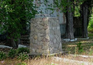 Клебан-Бик. Постамент знесеного пам'ятника Леніну