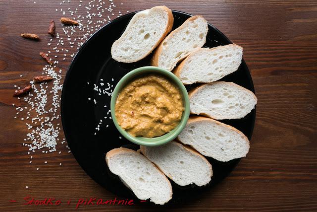 Hummus z opalaną czerwoną papryką
