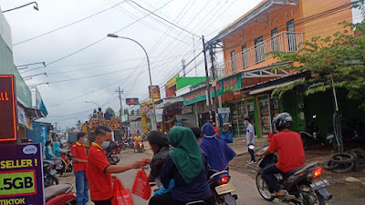 Anniversery 12th Iwan Jaya Group, Berikan Bingkisan Takjil Ke Warga