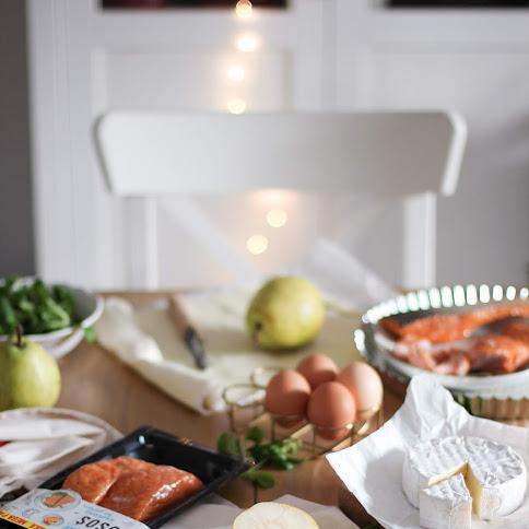 Tarta z wędzonym na gorąco łososiem, serem camembert i gruszką