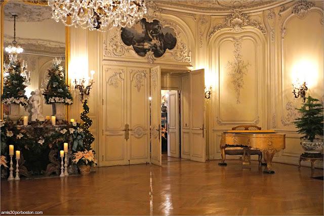 Piano Dorado del Salón de Baile de la Mansión The Elms en Newport