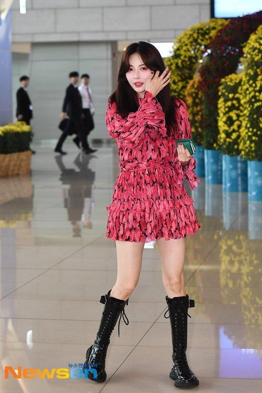 Hyuna havaalanında güzel bir elbise giydi