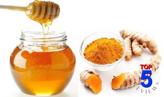 Làm mặt nạ trị mụn với  nghệ và mật ong