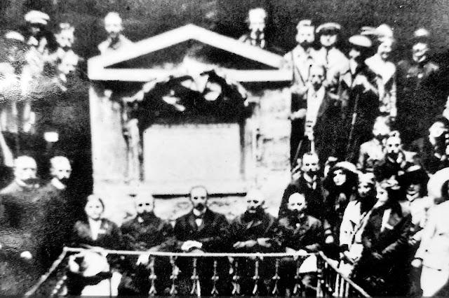 Zdjęcie z uroczystości odsłonięcia pomnika Wincentego Pola z 1875 r.