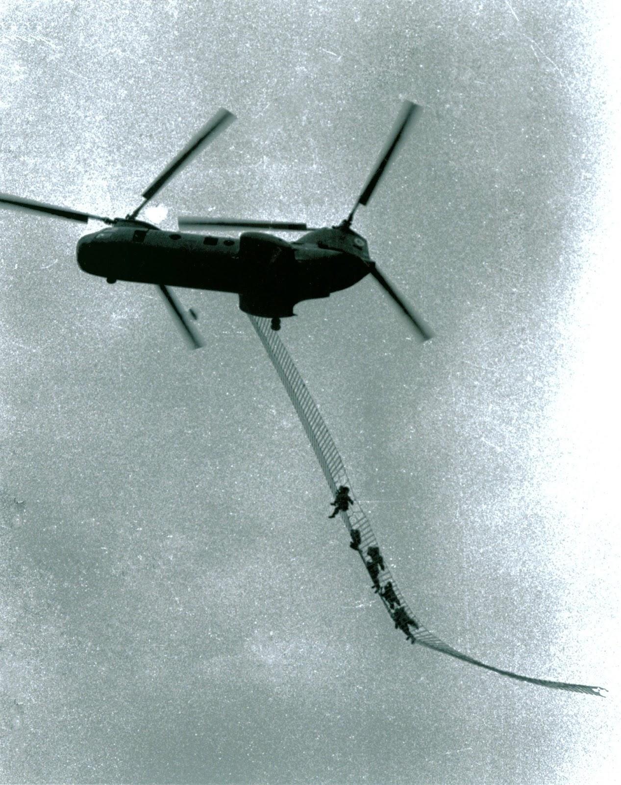Гелікоптер CH-46 морської піхоти США здійснює евакуацію розвідувальної команди за допомогою сходів під час операції в провінції Куанг Нам, 1969 рік