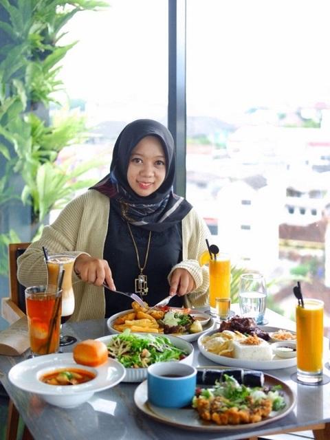 enjoy-lunch-at-vanilla-sky-lounge-grand-aston-hotel-yogyakarta