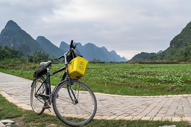 Un vélo devant un paysage des environs de Yangshuo