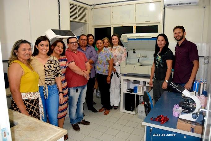 Prefeito Manoel entrega novos equipamentos para o laboratório municipal
