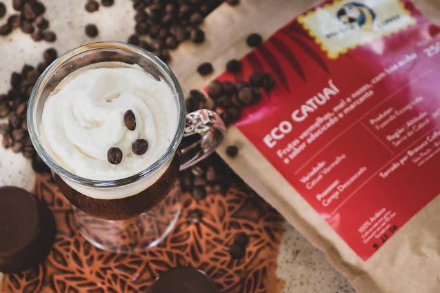 drink irish coffee com grãos de café em sua decoração