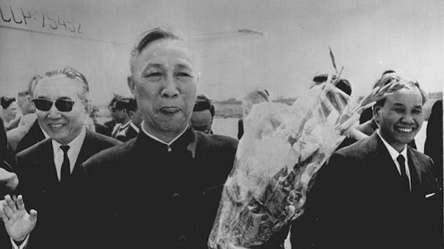foto le duc tho memegang bunga