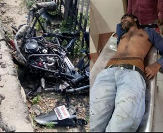 ट्रेन की टक्कर से बाइक सवार युवक घायल, मोटरसाइकिल के परखच्चे उड़े
