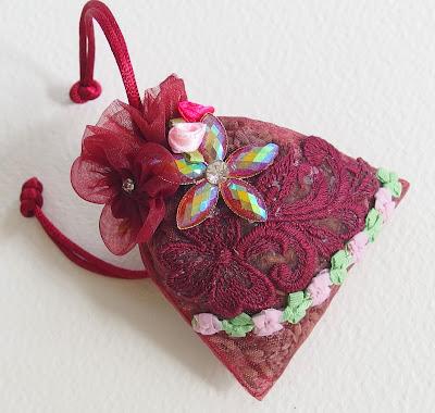 https://www.alittlemarket.com/accessoires-de-maison/fr_sachet_nature_de_lavande_bio_du_jardin_strass_dentelle_et_fleurs_tissus_bordeaux_-10110357.html
