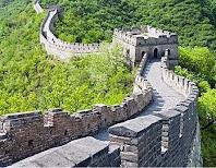 Tembok besar Cina pertama di bangun pada awal pemerintahan dinasti Han untuk perlindungan dari suku bar-bar yang menyerang