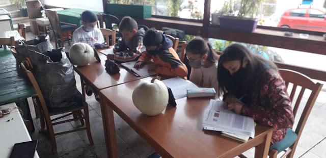 Η τηλεκπαίδευση της Κεραμέως: Εικόνες ντροπής με μαθητές να κάνουν μάθημα μέσα στο κρύο σε αυλή καφενείου – ΦΩΤΟ
