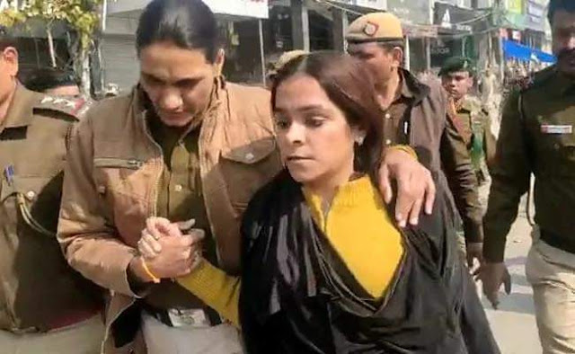 Shaheen Bagh: Burkha Clad Woman identified as 'Right Wing Activist' Gunja Kapoor caught in Shaheen Bagh Protest