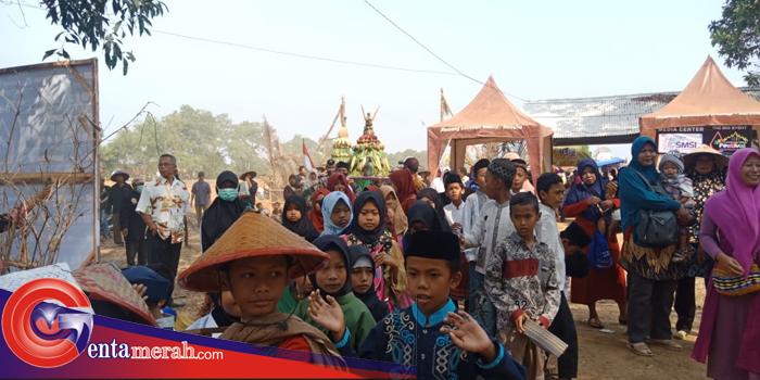 Untuk Kali Pertama, Ribuan Warga Wonomerto Turut Arak-arakan Gelar Pawai Gunungan